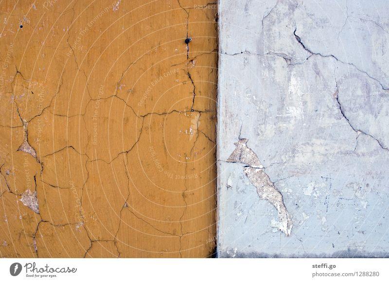 Kontraste Haus Bauwerk Gebäude Architektur Mauer Wand Fassade alt dreckig fest Stadt gelb weiß standhaft Senior anstrengen Stress Endzeitstimmung Ewigkeit