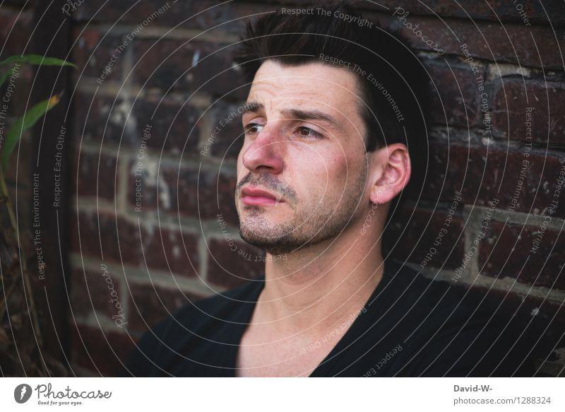 überfordert Mensch maskulin Junger Mann Jugendliche Erwachsene Leben 1 18-30 Jahre Mauer Wand beobachten glänzend Blick Traurigkeit authentisch dunkel Stimmung