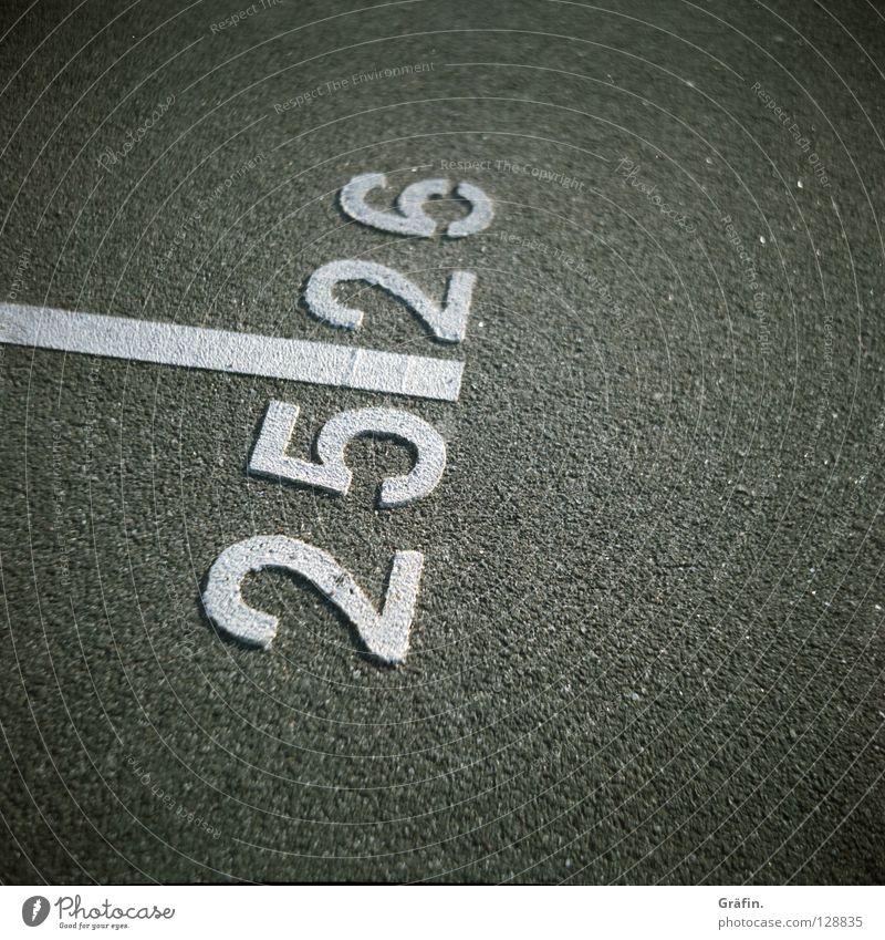 25/26 Straße Linie Schilder & Markierungen Ziffern & Zahlen Asphalt Zaun Verkehrswege Straßenbelag Parkplatz Orientierung Mittelformat ansammeln Rollfilm körnig