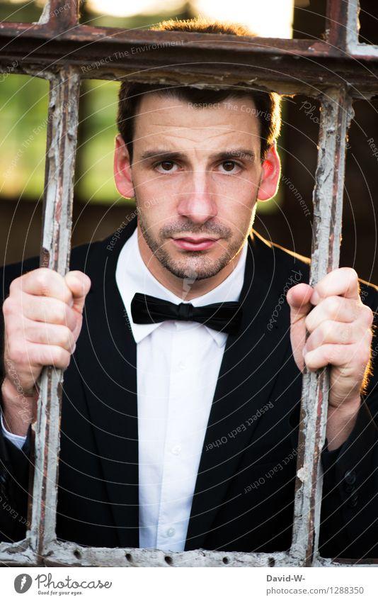Blick ins leere eingesperrt Mann Anzug Fliege Gitterstäbe Erwachsene Farbfoto Mensch 1 Innenaufnahme Porträt Außenaufnahme Leben gefangen Gefängnis hände