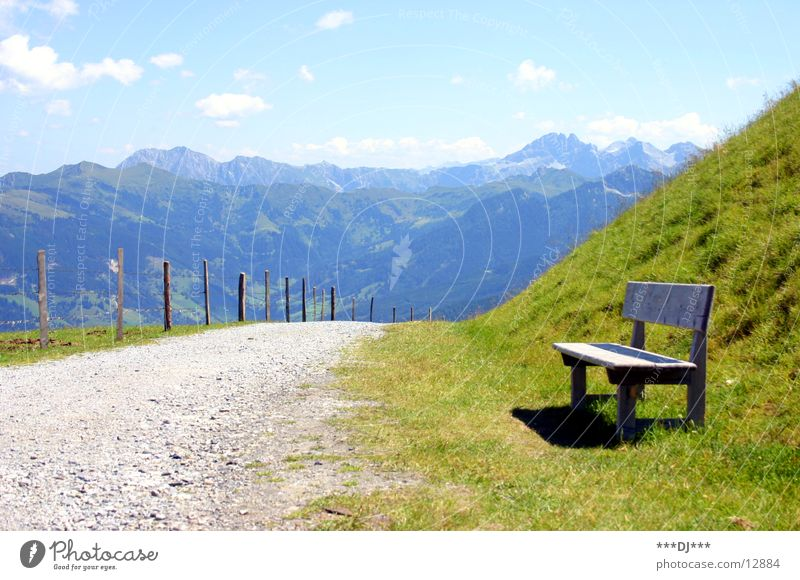 Und noch schnell ne Pause...! Himmel Ferien & Urlaub & Reisen Gras Berge u. Gebirge Wege & Pfade Luft warten wandern sitzen Europa Bank genießen Zaun steigen