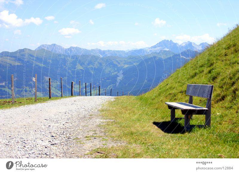 Und noch schnell ne Pause...! Himmel Ferien & Urlaub & Reisen Gras Berge u. Gebirge Wege & Pfade Luft warten wandern sitzen Europa Pause Bank genießen Zaun steigen Österreich