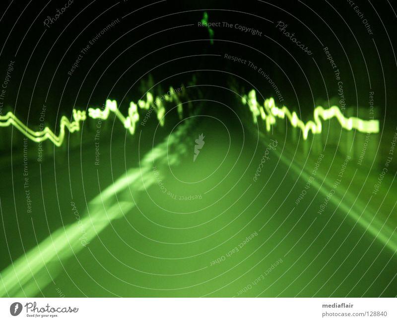 Nachtfahrt grün PKW Alkoholisiert durcheinander Lichtstrahl Schlangenlinie