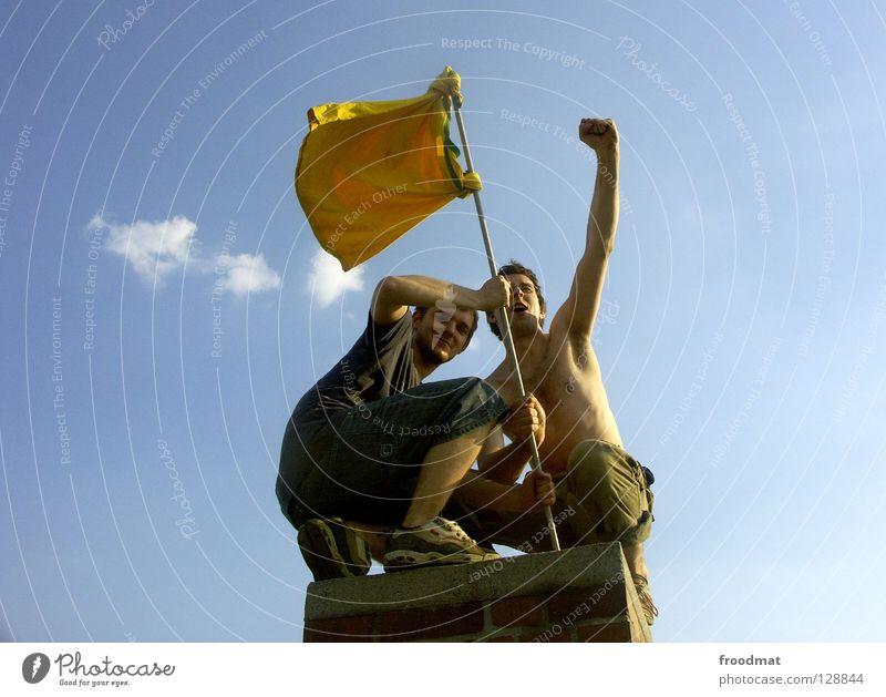 Gipfelstürmer Himmel Jugendliche Sonne Sommer Freude Wolken Wärme Freiheit lachen Glück lustig Arbeit & Erwerbstätigkeit Wind Arme Haut hoch