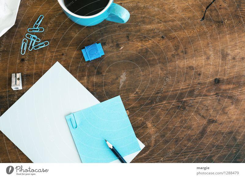 Blaues Büro: Zettel mit Bleistift, Spitzer, Büroklammern, Radiergummi und eine Kaffeetasse Getränk Heißgetränk Tasse Schreibtisch Tisch Schule lernen Schüler
