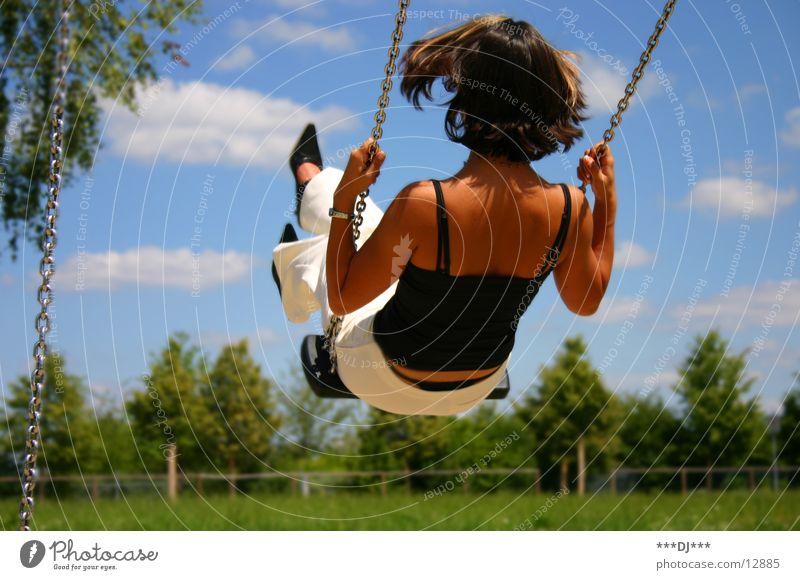 Kindheitstraum Frau Himmel Baum Sommer Wolken Gras Bewegung Freiheit Kette Schaukel Schwung