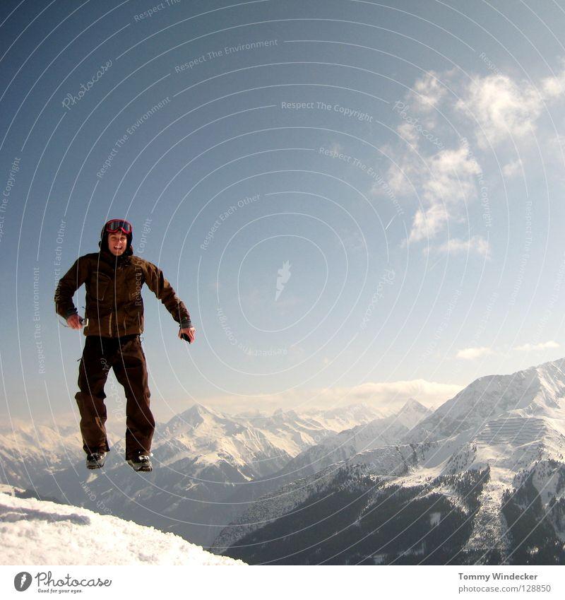 Schwerelos Mensch Himmel Natur Ferien & Urlaub & Reisen Mann blau weiß Landschaft Freude Winter kalt Berge u. Gebirge Schnee Spielen lachen springen