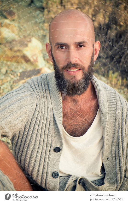 con barba Junger Mann Jugendliche 1 Mensch 18-30 Jahre Erwachsene Natur Pflanze Sträucher Glatze Vollbart Lächeln Blick sitzen Freundlichkeit Fröhlichkeit