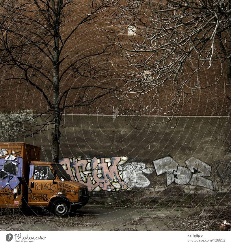 orange winter day Baum Stadt Graffiti orange trist Bauernhof Umzug (Wohnungswechsel) Parkplatz parken Hinterhof Lieferwagen Transporter Politik & Staat Tagger Strafmandat Kastenwagen