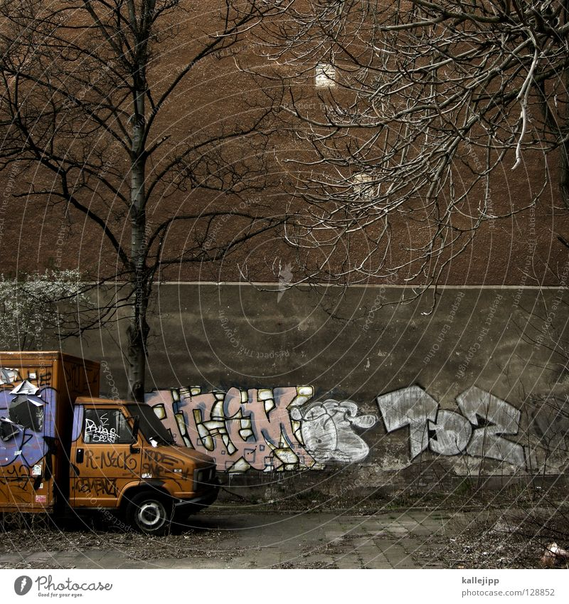 orange winter day Baum Stadt Graffiti trist Bauernhof Umzug (Wohnungswechsel) Parkplatz parken Hinterhof Lieferwagen Transporter Politik & Staat Tagger
