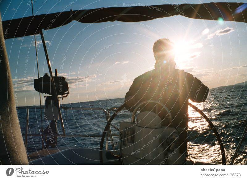 um die welt Meer See Sportboot Gegenlicht Wolken gelb Pastellton Wellen Wasserfahrzeug Jacht Mensch blau Sonne Beleuchtung glänzend
