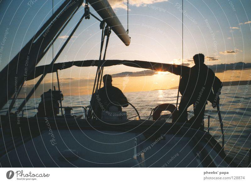 und zurück Meer See Sportboot Gegenlicht Wolken gelb Pastellton Wellen Wasserfahrzeug Jacht Mensch blau Sonne Beleuchtung glänzend