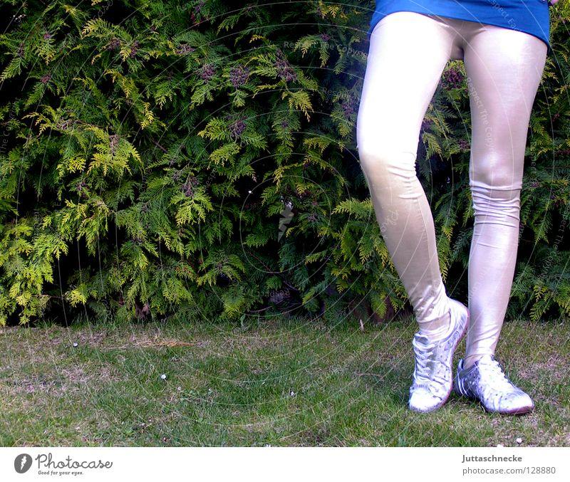 Storch Frau Freude Beine Fuß Schuhe Tanzen modern Bekleidung retro trashig eng silber Turnschuh Balletttänzer Turnen kurz
