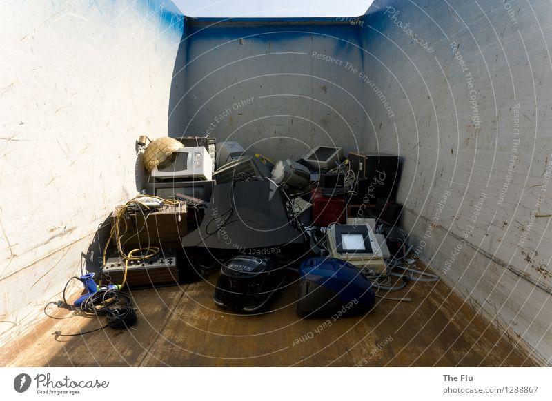 Hightech von gestern alt Umwelt Metall Technik & Technologie Computer Zukunft Vergänglichkeit kaputt Kunststoff Müll Fernseher Stahl Umweltschutz Bildschirm Umweltverschmutzung Recycling