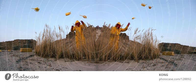 double candispenser Himmel Freude gelb grau dreckig Erde mehrere Bodenbelag Wüste Maske Hügel Anzug viele Paradies Planet beige