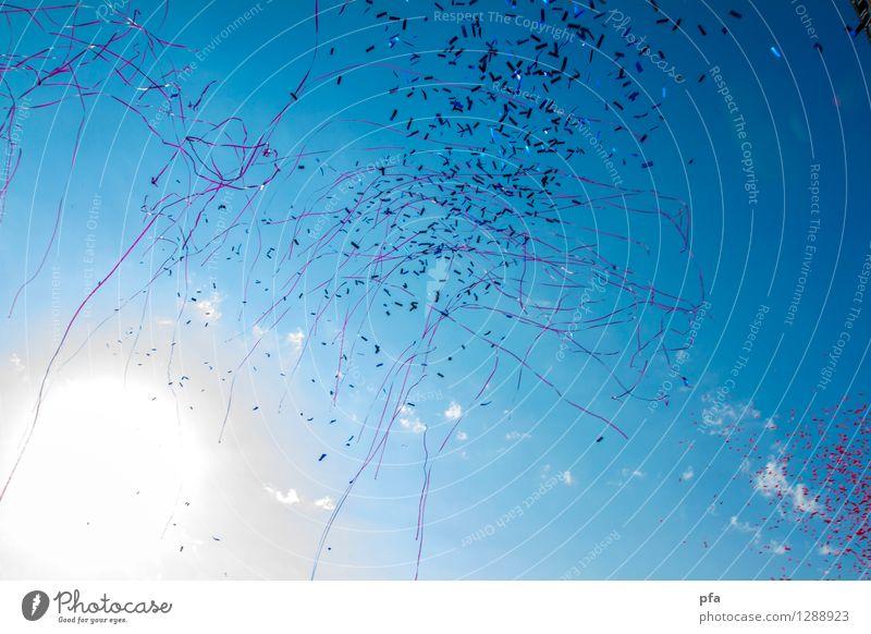 Konfetti in der Sonne des Festivals Lifestyle Glück Sommer Party Veranstaltung Musik Feste & Feiern Tanzen Festspiele Show Musik hören Konzert Open Air Bühne