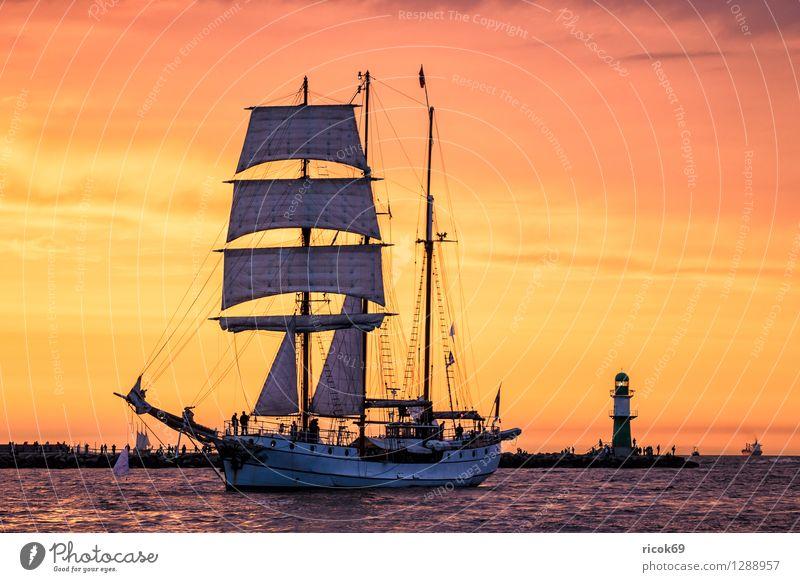 Segelschiff auf der Hansesail Ferien & Urlaub & Reisen Wasser Erholung rot Wolken gelb Tourismus Idylle Abenteuer Romantik Ostsee Schifffahrt Segeln Leuchtturm