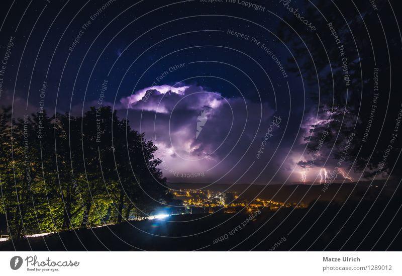 Gewitter über der Stadt Umwelt Wolken Gewitterwolken Nachthimmel Stern Horizont Wetter schlechtes Wetter Unwetter Blitze Baum Hügel Dorf Kleinstadt Fahrzeug