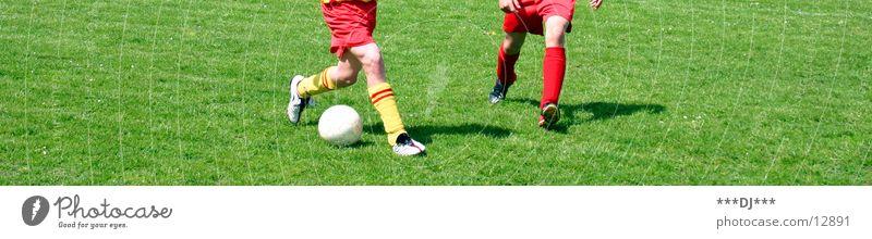 Go shoty go! Sport Junge Spielen Gras Fußball Platz Ball Rasen Hose Kind Trick Trikot Gegner kürzen Fußballschuhe dribbeln