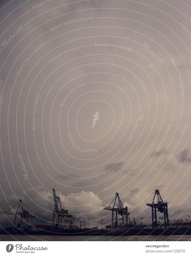 dunkeldüsterundwolkenverhangenistdiewelt Wasser weiß Stadt Wolken schwarz Herbst kalt Traurigkeit Wasserfahrzeug Arbeit & Erwerbstätigkeit Wellen groß Hamburg
