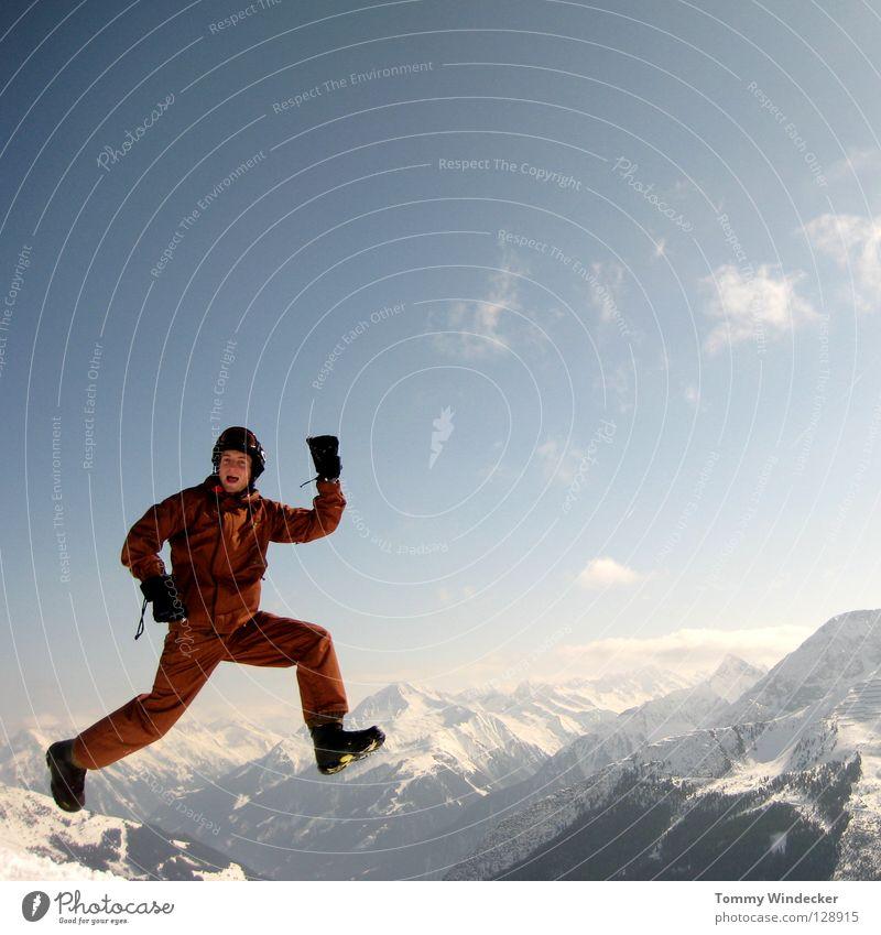 Absprung Mensch Himmel Natur Ferien & Urlaub & Reisen Mann blau weiß Sonne Landschaft Freude Winter kalt Berge u. Gebirge Schnee lustig lachen