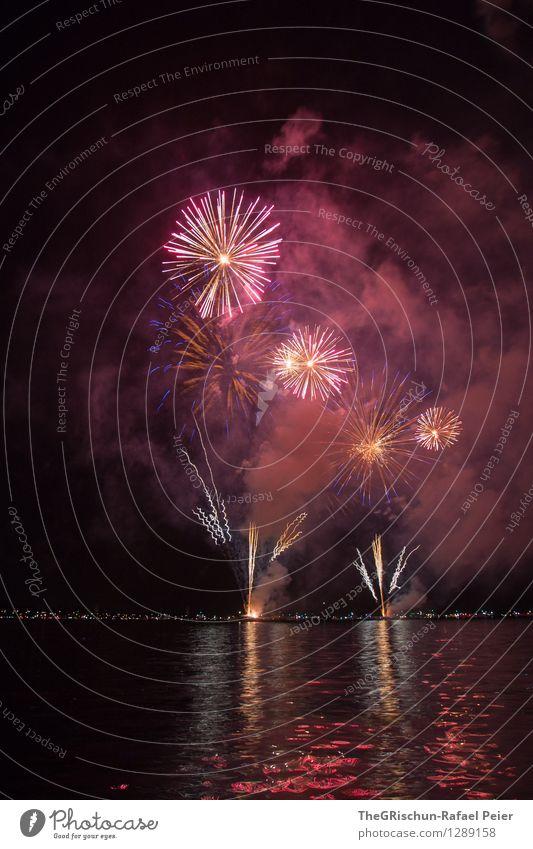Feuerwerk 3 Wasser weiß Blume rot schwarz See Kunst rosa orange Seeufer violett Rauch Theaterschauspiel Kunstwerk schießen