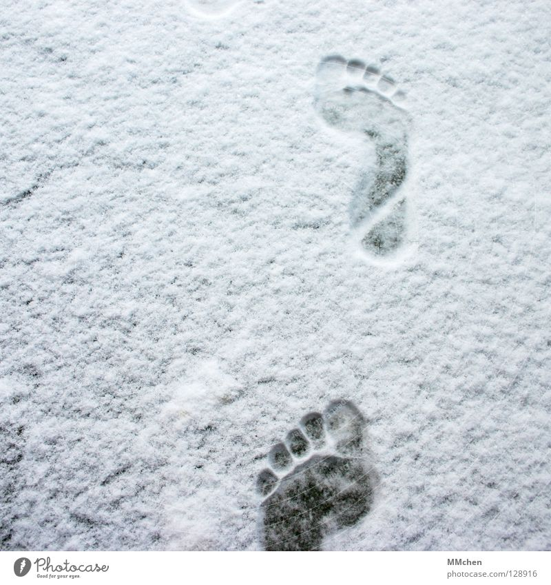 Vorwärts weiß Winter Einsamkeit kalt Schnee Schuhe laufen wandern Armut Spuren 5 Fußspur frieren Zehen Barfuß unterwegs