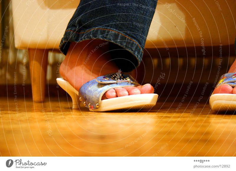 Schatz, ich habe neue Schuhe! Frau Fuß Beine Jeanshose Bodenbelag Hose Zehen Sessel Treppenabsatz Schlappen Kork