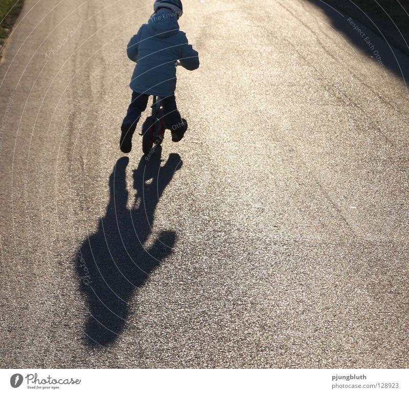 ab nach hause Kind Sonne Straße Spielen Zufriedenheit lernen Spaziergang Asphalt Kleinkind üben Sonntag Februar Fahrrad Kinderfahrrad