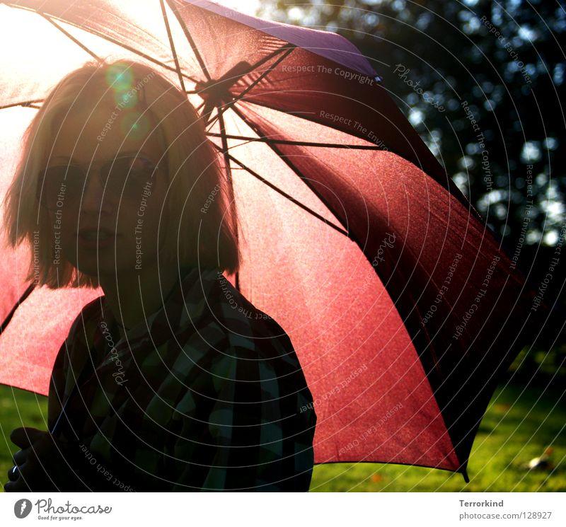 zeig mir einen. Frau blond rot Park Klammer feminin maskulin Sonne Sommer Sonnenstrahlen Barbie Sonnenbrille grün Gras grasgrün Hemd sommerlich Physik zart