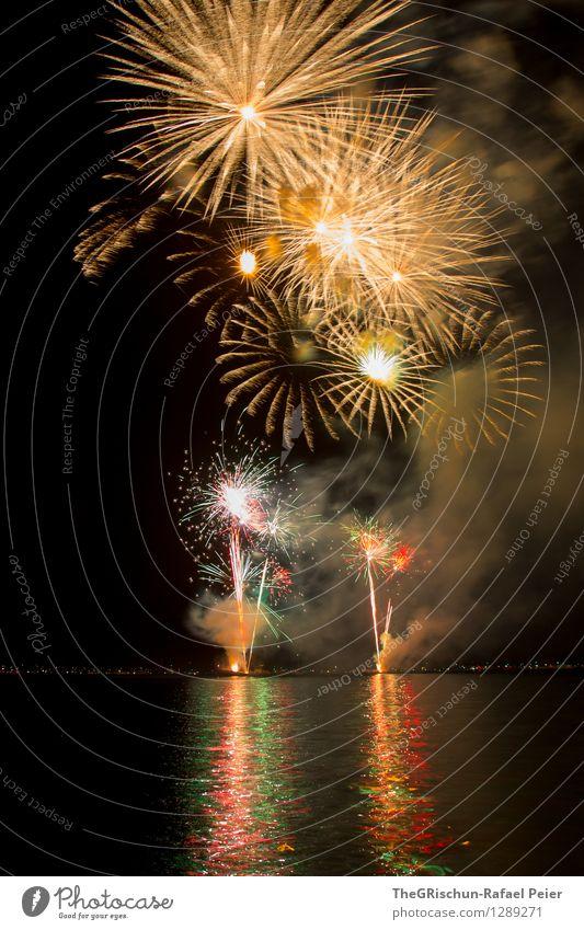 Feuerwerk 7 Künstler Theaterschauspiel mehrfarbig gelb gold rosa rot schwarz Strukturen & Formen Explosion Rakete Muster Langzeitbelichtung Rauch Licht zünden