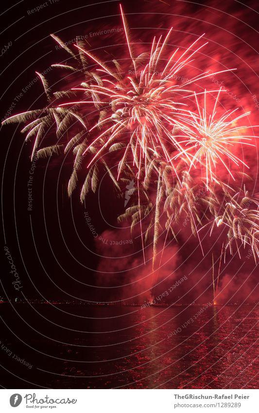 Fireworks Kunst Kunstwerk Theaterschauspiel orange rosa rot schwarz feuerkörper Feuerwerk Rakete Rauch brennen Licht erhellend Wasser Reflexion & Spiegelung