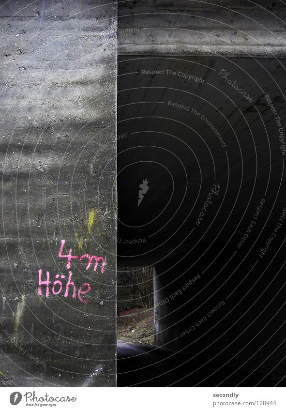 4m Höhe dunkel Stein rosa Beton Schriftzeichen Buchstaben Niveau Tunnel vertikal hässlich Mineralien Unterführung Richtung