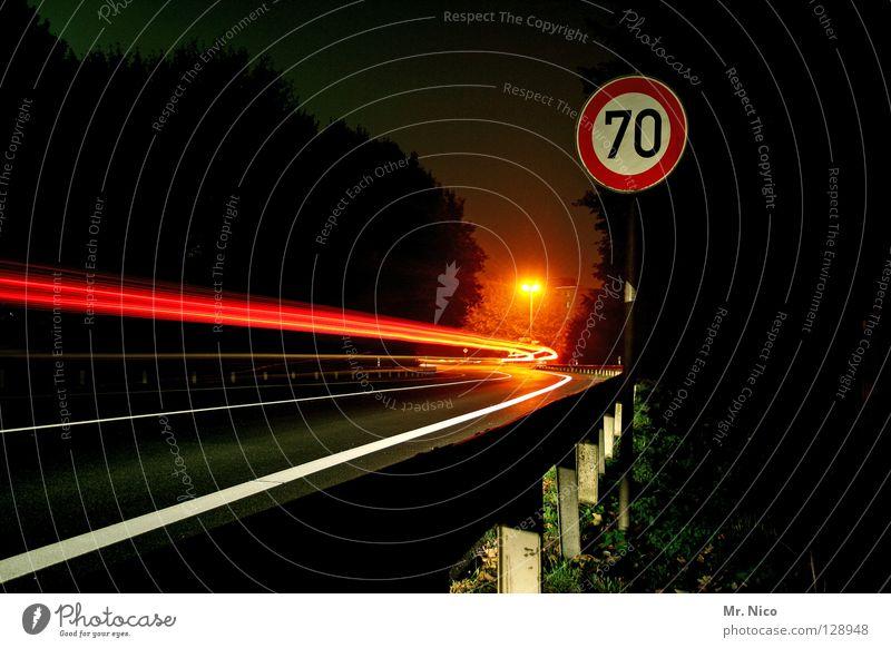 fahr'n fahr'n fahr'n Nacht dunkel Nachtaufnahme Langzeitbelichtung Autobahn Geschwindigkeitsbegrenzung Licht Lichtgeschwindigkeit rot Säule grell Streifen Haus