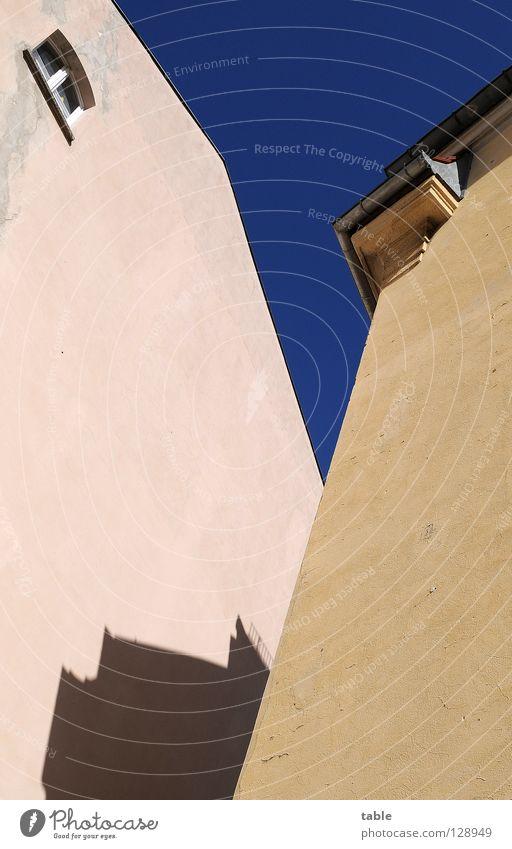 Ausguck Haus Altbau Dachgiebel Fenster eng Zusammensein Hinterhof Stadt Putz Wand Mauer Architektur Deutschland Himmel Schatten verrückt Sonne Köpenick Ausflug