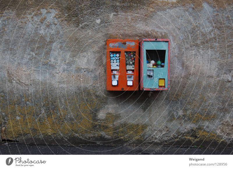 Zehn Pfennig Kaugummi Nostalgie Heimat Verfall verfallen Jahrhundert Wand Automat Süßwaren Kaugummiautomat trüb Verkehrswege obskur alt Groschen Kindheit