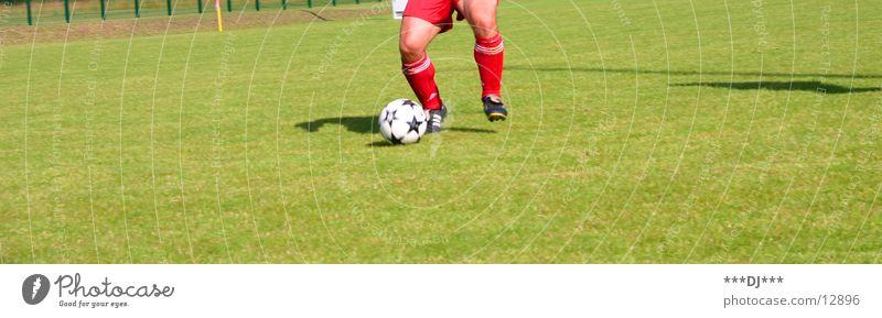 Schieß doch ein Tor...! Platz Gras schießen dribbeln passen Sport Fußball Rasen Ball