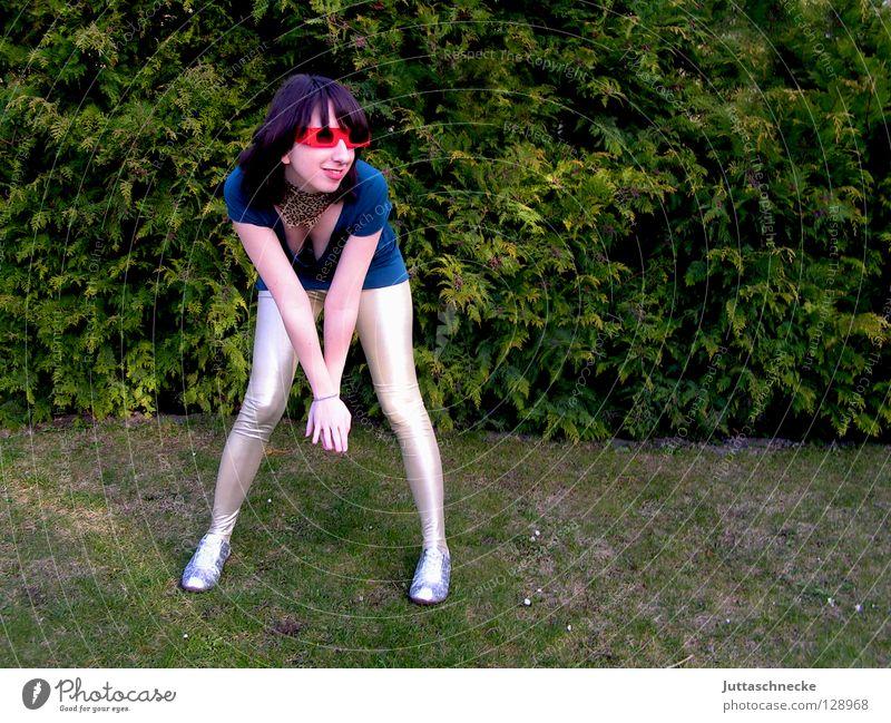 Hehe Frau Brille Sonnenbrille rot grün Halstuch neckisch aufreizend bücken gebeugt Freude Jugendliche blau silber Leggins Rücken Achziger eighties 80 Blick