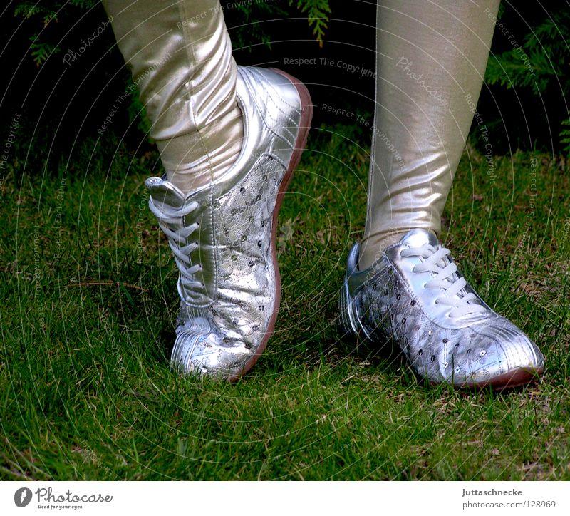 Happy Feet Schuhe Frau langbeinig retro eng Balletttänzer Steppe gehen hüpfen Schuhsohle Bekleidung Beine Fuß Leggins silber Turnschuh Garten grün eighties