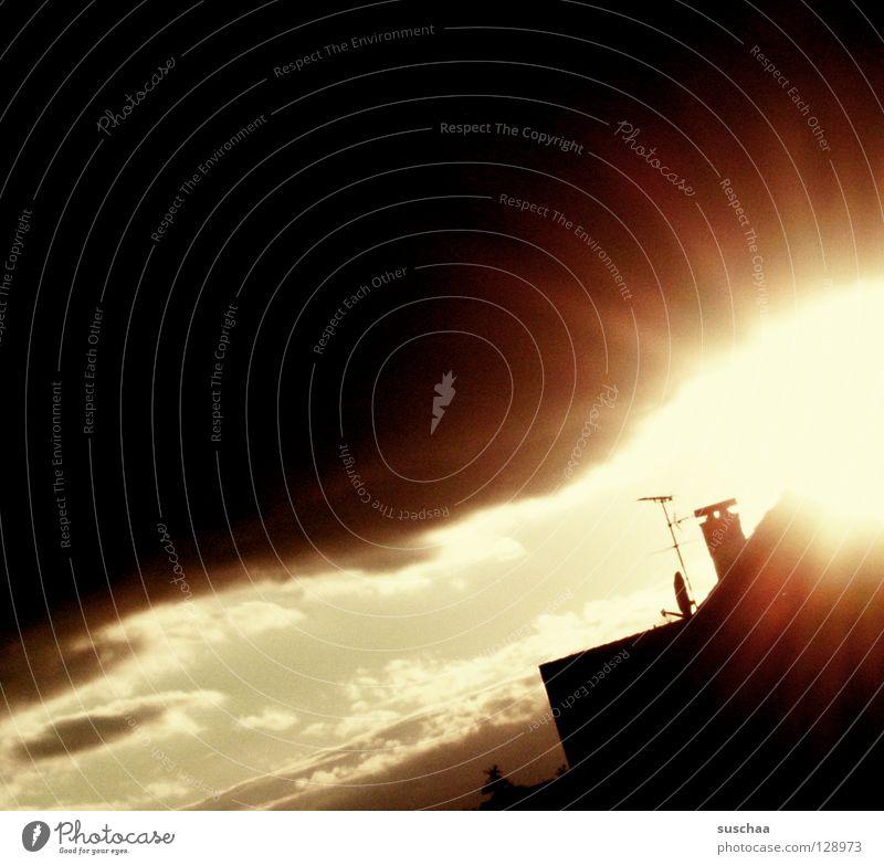 durchbruch Sonnenstrahlen Sonnenuntergang Dämmerung Wolken Haus brechen aufreißen Beleuchtung dunkel bedrohlich unheilvoll schwarz Apokalypse Gewitterwolken