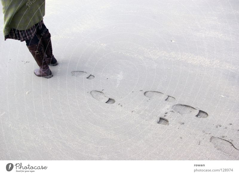 spuren Mensch Strand kalt Wege & Pfade Sand Küste Beine Fuß gehen Spaziergang Vergänglichkeit Spuren Vergangenheit Fußspur Stiefel Fußgänger
