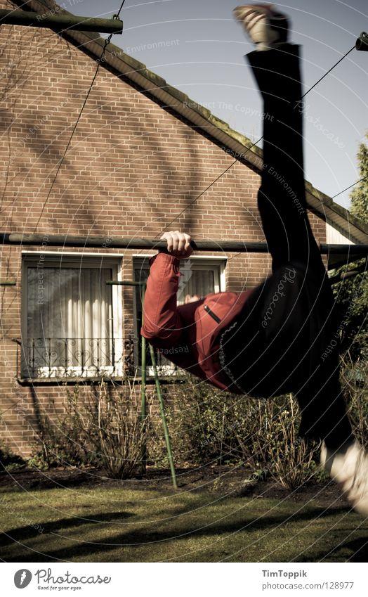 Aufschwung West I Haus Fenster Wand Spielen Bewegung Garten Mauer Beine Park Schuhe Geschwindigkeit Dach Rasen Hose Jacke sportlich