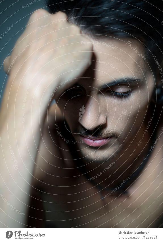 triste aber schoen Junger Mann Jugendliche Gesicht 1 Mensch 18-30 Jahre Erwachsene träumen Traurigkeit schön Gefühle demütig Zukunftsangst verstört Eifersucht