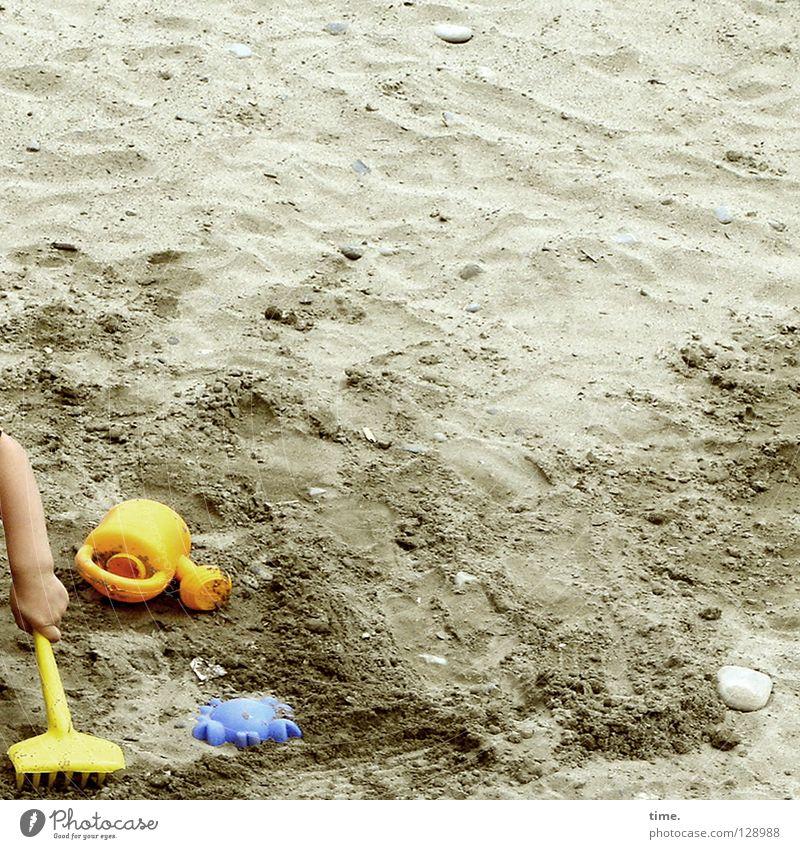 Am Anfang war das Förmchen (I) Kind blau Hand Ferien & Urlaub & Reisen Sommer Einsamkeit gelb Spielen Sand Arbeit & Erwerbstätigkeit Freizeit & Hobby Arme