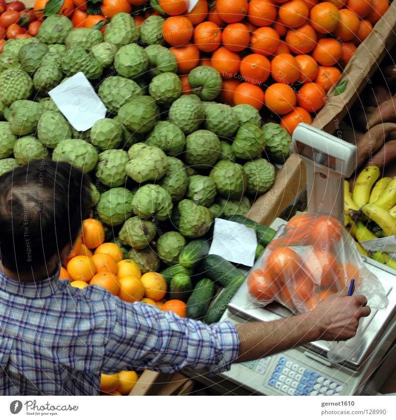 Darfs's ein bisschen mehr sein? II Mensch Mann blau grün schwarz gelb Erwachsene Lebensmittel orange Gesundheit braun Orange Frucht maskulin kaufen mehrere