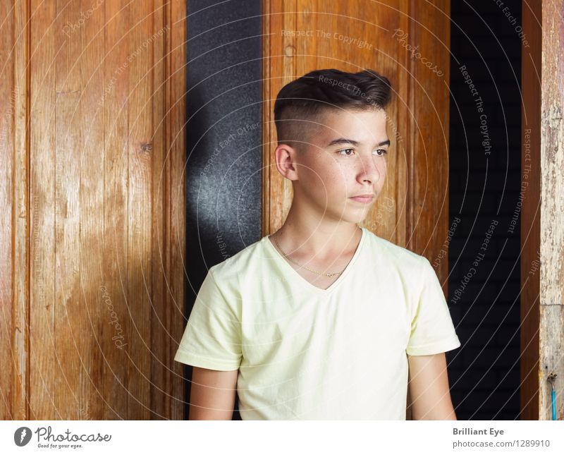 Seriöser Junge vor Holztüre Stil Mensch maskulin 1 13-18 Jahre Kind Jugendliche Natur Mode ästhetisch Coolness trendy Hipster Model Malediven Gesichtsausdruck