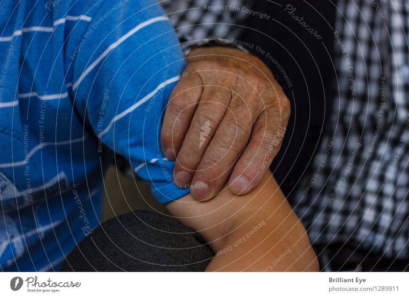 Rückhalt Leben Mensch maskulin Junge Großvater Hand 2 berühren authentisch einfach Gefühle Stimmung Kraft Akzeptanz Vertrauen Sicherheit Schutz Geborgenheit