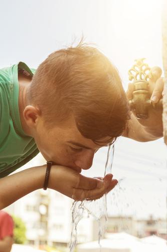 Junge trinkt aus orientalischem Hahnen Wasser Mensch Kind Ferien & Urlaub & Reisen Stadt Sonne Erholung Wärme Stil Religion & Glaube Stimmung maskulin