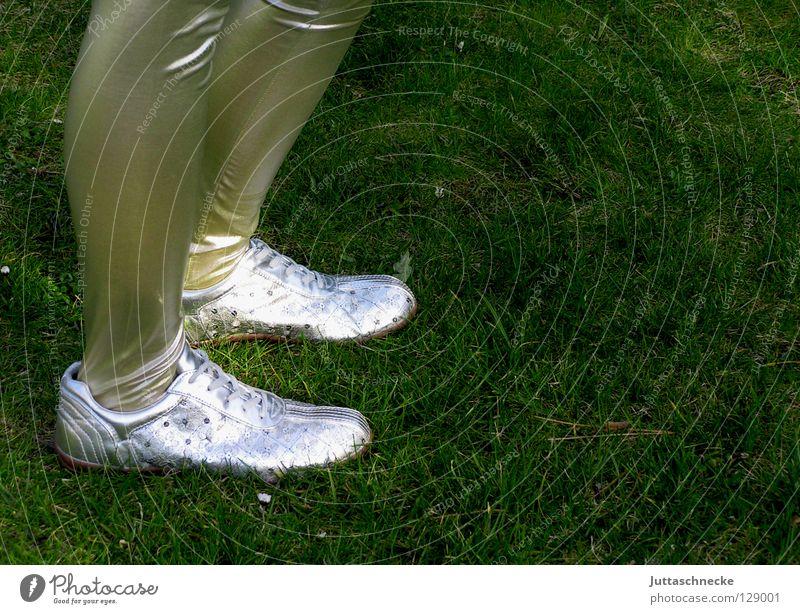 Capitana Futura Schuhe Frau langbeinig retro eng Steppe gehen hüpfen Schuhsohle Beine Fuß Leggins silber Turnschuh Garten grün eighties Achziger trashig modern