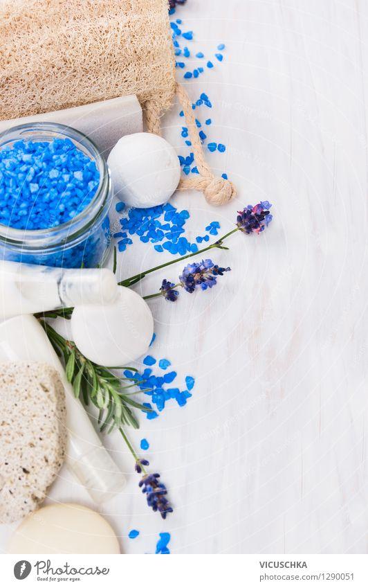 Wellness Set mit Lavendel und blaues Badersalz Natur weiß Erholung Leben Stil Hintergrundbild Design Wohlgefühl Duft Text Holztisch aromatisch Creme
